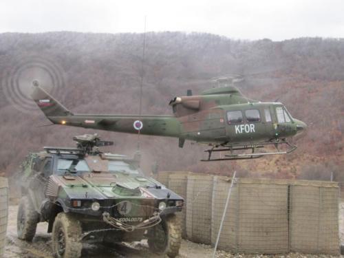 Der Hubschrauber holt uns an der serbisch- kosovarischer Grenze ab
