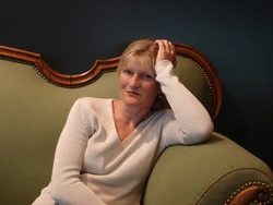 Dorothea auf der Loriot-Couch